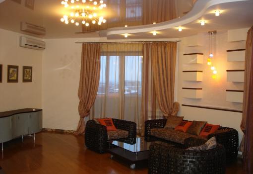Натяжной потолок для гостинной